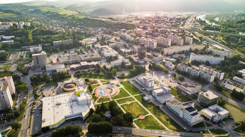 b46cb78e6 Turisticky atraktívne mesto, kde na rozlohe 90,56 km2 žije približne 40 000  obyvateľov, obklopujú prstence Javorníkov, Strážovských a Súľovských  vrchov, ...